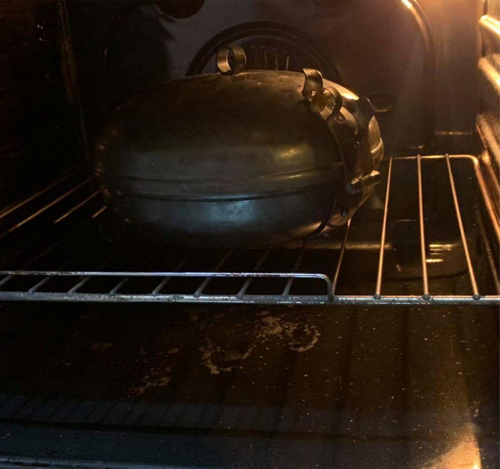 Das ist keine authentische Weise natürlich vom Kochen im Diskos, aber ohne Zweifel ist dieses Method am saubersten und am besten kontrollierbar. Im Elektro- oder Gasherd kann man mit dem Diskos die gleichen Speisen wie beim Lagerfeuer zubereiten und die gleiche Geschmackswelt genießen.