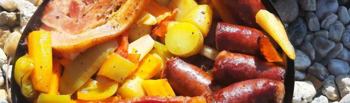 Mariniertes Schweinefilet mit Räucherwurst und Gemüsen
