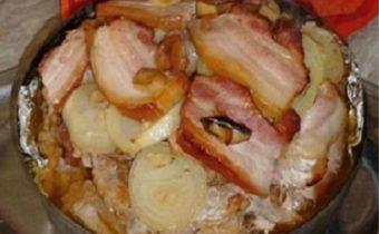 Nakladané mäso s kyslou kapustou v disku